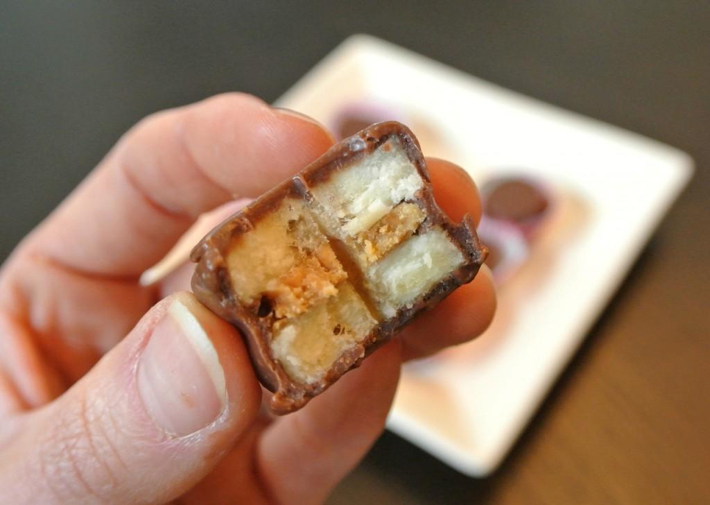 Przepis: Banan w czekoladzie z masłem orzechowym i nasionami konopi, GrubyLoL.com